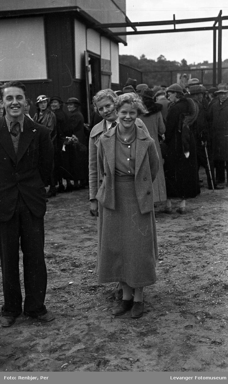 Kronprins Olav på besøk i Levanger under byjubileet i 1936, folk har mæøtt opp på messeområdet..