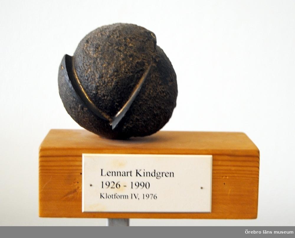 """Bronsskulptur """"Klotform 111"""", 1976. Lennart Kindgren. Klotformig bronsskulptur med fyra """"klyftor"""" förskjutna i förhållande till varandra.Skulpturen är monterad på ett 18x10x6 cm stort träblock. Enligt  inskription på träblocket är skulpturen nr 1 av 5."""