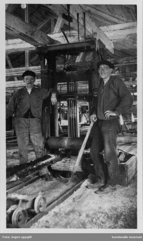 Nacka sågverk, interiör med sågram. Till höger Torsten Modin.