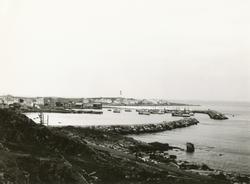 Prospektfotografi med oversikt over havna og bebyggelsen med