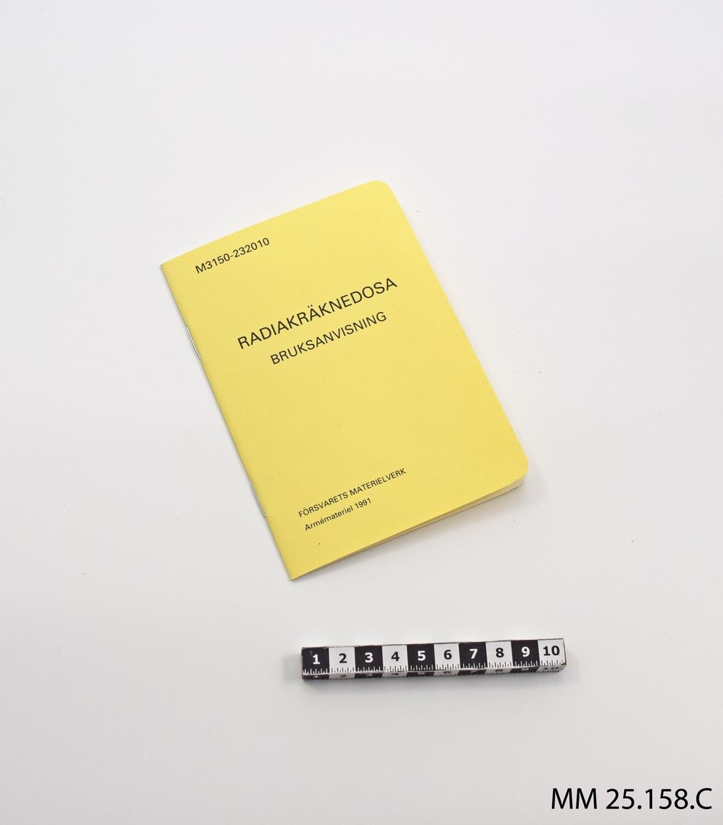 """Häfte som hålls ihop av två häftklamrar. Pärmen gul med text: """"M3150-232010 RADIAKRÄKNEDOSA BRUKSANVISNING FÖRSVARETS MATERIELVERK Armémateriel 1991"""". Inne i häftet 20 vita sidor med text om hur radiakräknedosan används. På baksidan av pärmen tabell som visar skyddsfaktorer, det vill säga vilket skydd mot radioaktivt nedfall som kan förväntas i till exempel en stridsvagn eller på en jagare."""