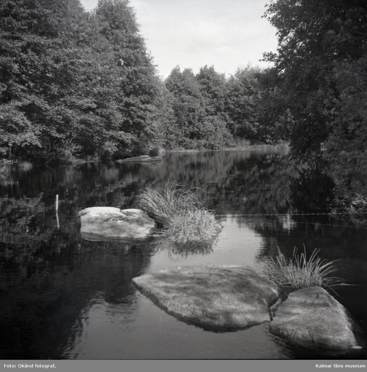 Bild tagen på bro till Sankt Sigfridsvägen över Smedstorpsån. Visar landskap vid bron.