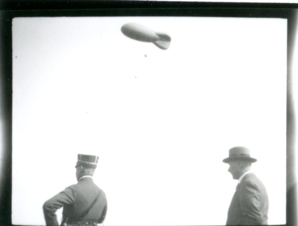 Ballongen inspekteras. Namn se notering.
