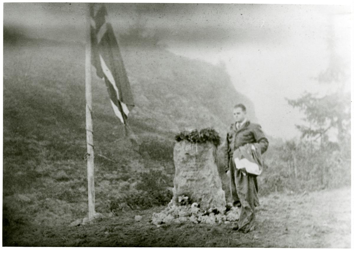 Per Strømsæter ved avdukinga av minnestein etter flystyrt i 1946 på Liastølfjellet.