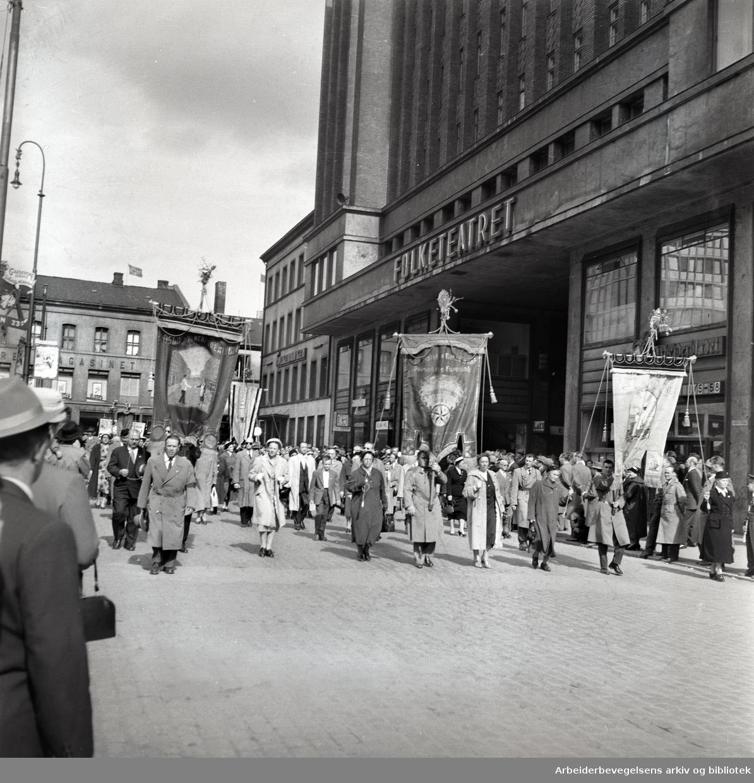 1. mai 1958, Youngstorget. Fane: Oslo Kokkeforening. Fane: Oslo Hotel og Restaurant Personalets Forening. Fane: Oslo Kelnerforening.