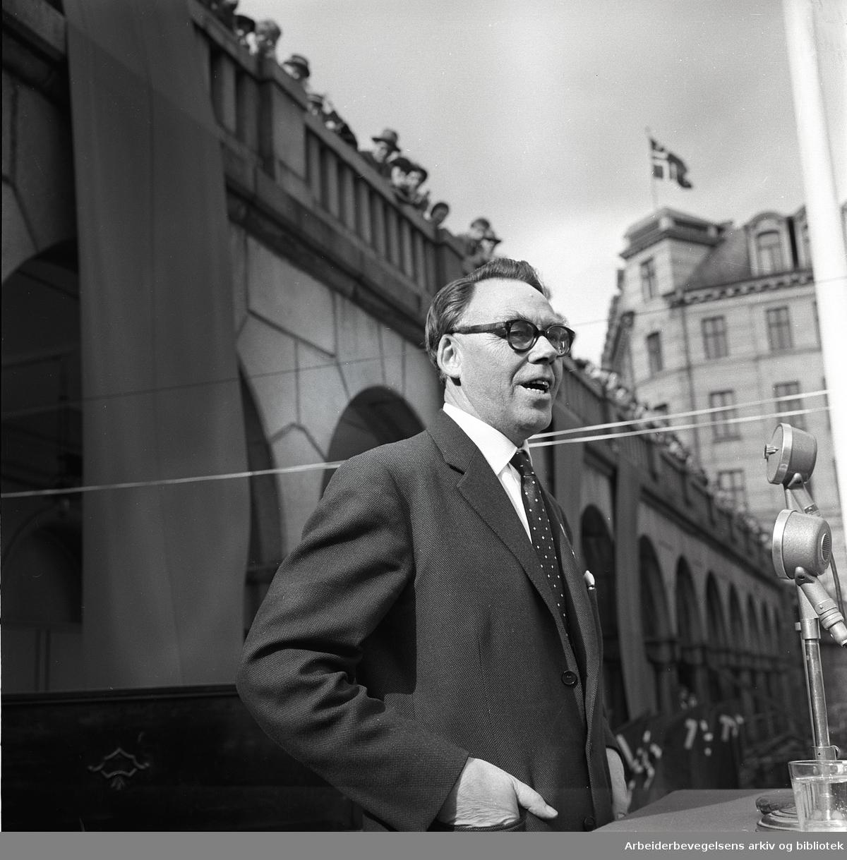 1. mai 1958, Gøsta Eriksson, hovedkasserer i LO Sverige taler på Youngstorget.