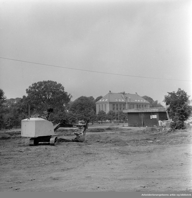 Første spadetak før byggingen av Muchmuseet på Tøyen, september 1960