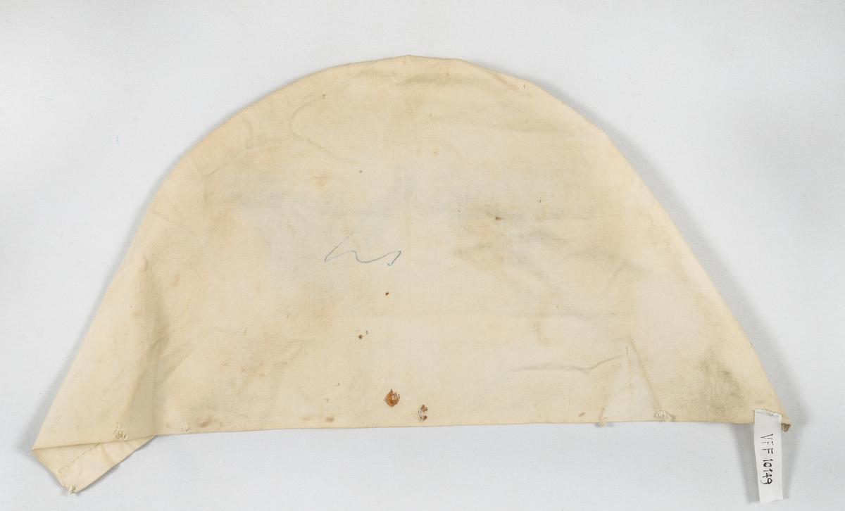 """Rullehette frå Hallingdal. Rektangulert stykke av ubleikt bomullslerret, der eine langsida er foldelagt og kortsidene er satt saman mot kvarandre. """"Pullen"""" er sauma med brunt bomullsgarn. Jarekant i framkant, kortsidene er falda for hand."""