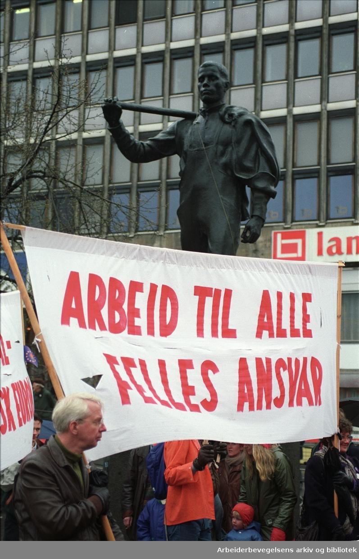 1. mai 1992, foran Pioneren på Youngstorget. Parole: Arbeid til alle felles ansvar.