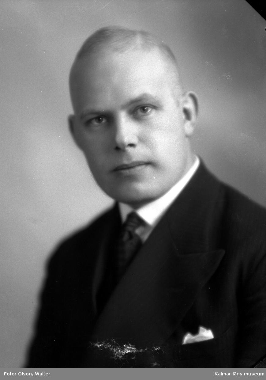 Ateljébild. Enligt Walter Olsons journal är bilden beställd av handlare Karl Andersson.