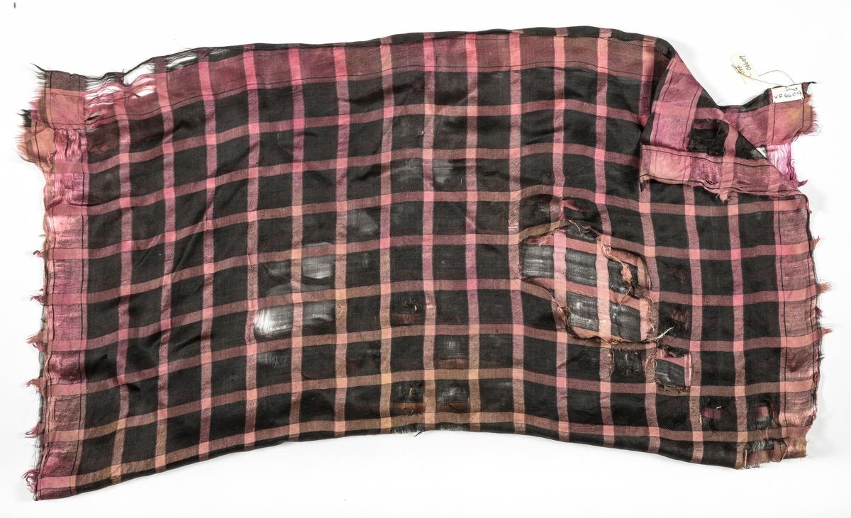 Tørkle, i silke i rosa og svart ruta. Ein rosa kant rundt sidene. Veldig slitt.