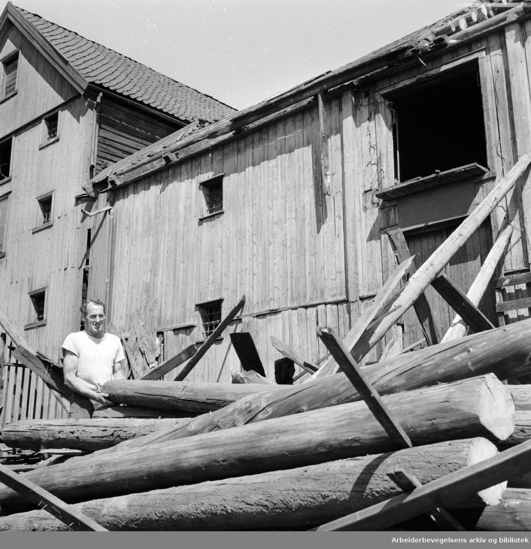 Sjøtollsted. Sjøbuene fra 1785 står for fall. Juli 1958