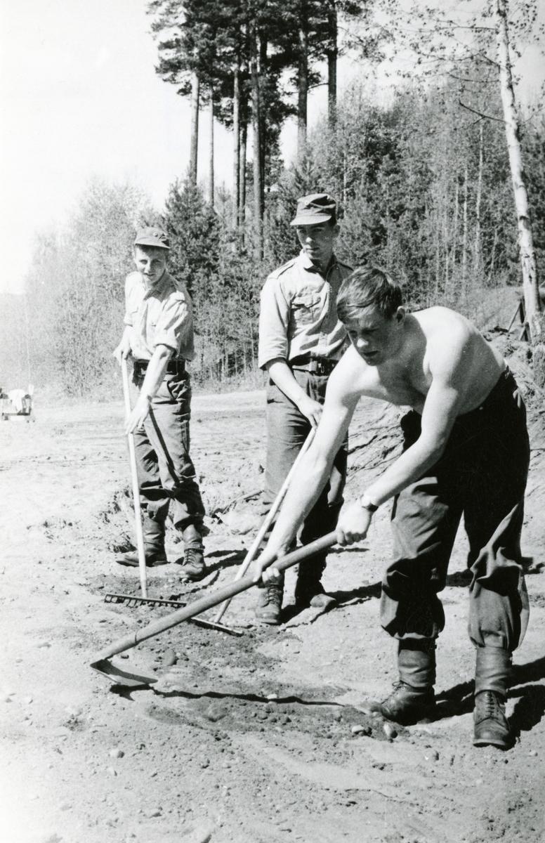 Ingeniørsoldatar på vegarbeid i Hedalen.