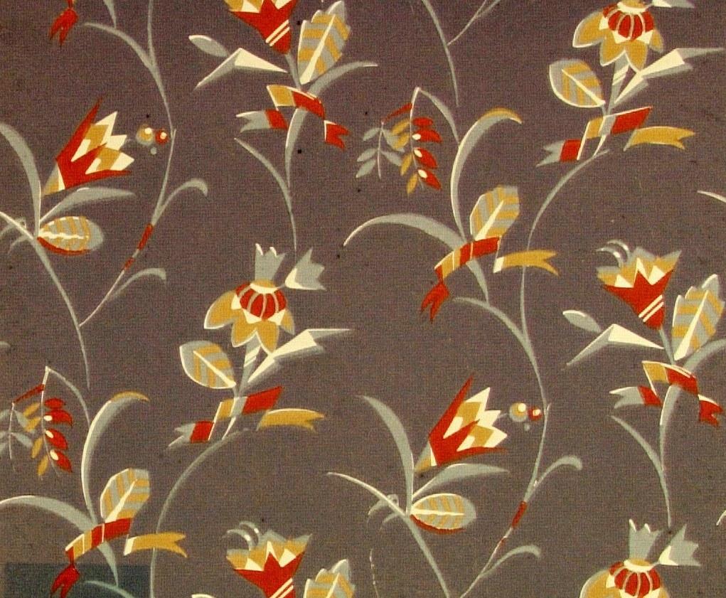 Ett slingrande strängt stiliserat blommönster i benvitt, ljusbrunt och rostbrunt samt i två gråblå nyanser.