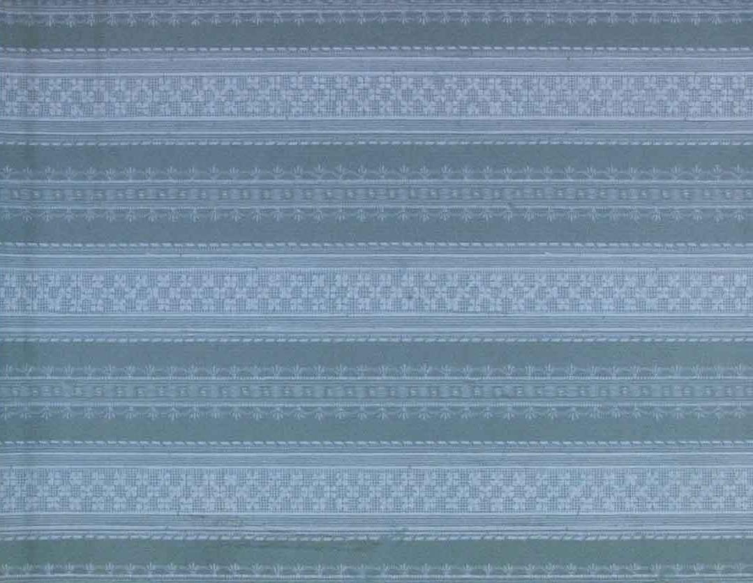 Ränder med varierande lodrätta spetsbårder över en bakgrund dekorerad med prickmönster. Tryck i ljusblått på ett turkos genomfärgat papper.