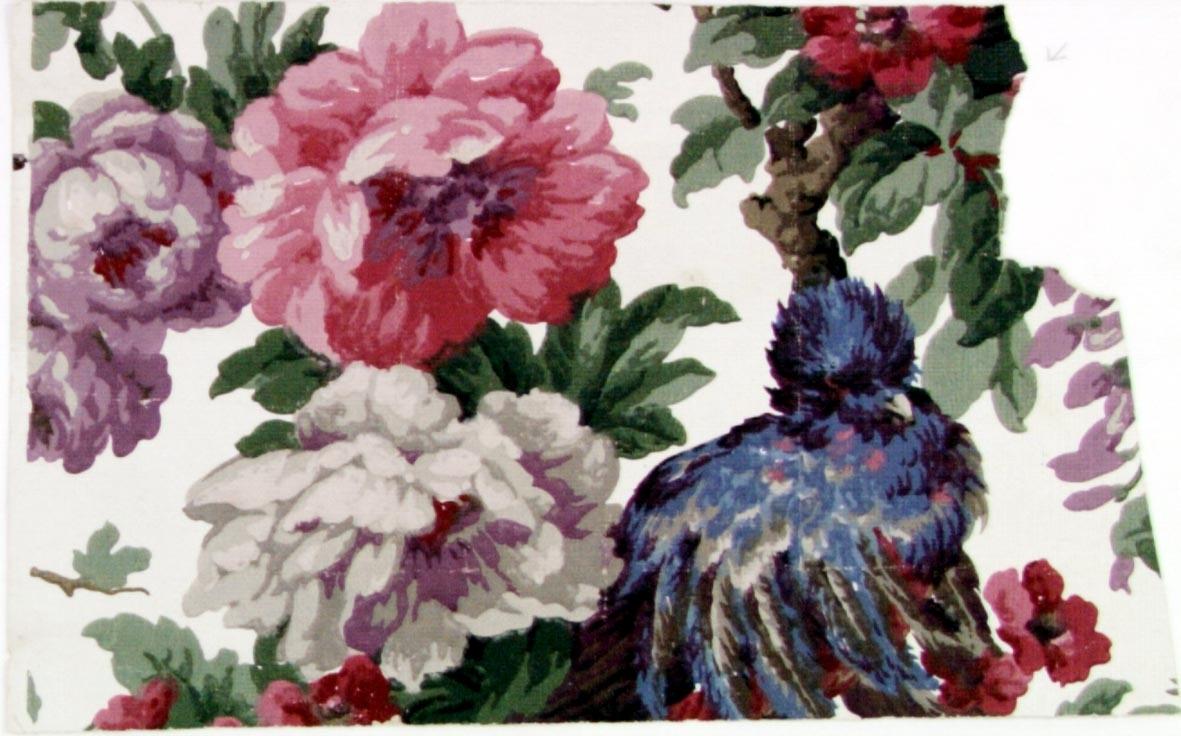 Ytftyllande blommönster dekorerat med fåglar i flera klara färger på en vit bakgrund.