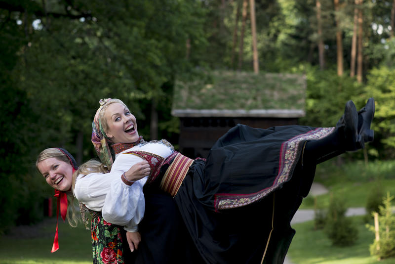 Hosts in folk dress from Hallingdal and Telemark in Norway (Foto/Photo)