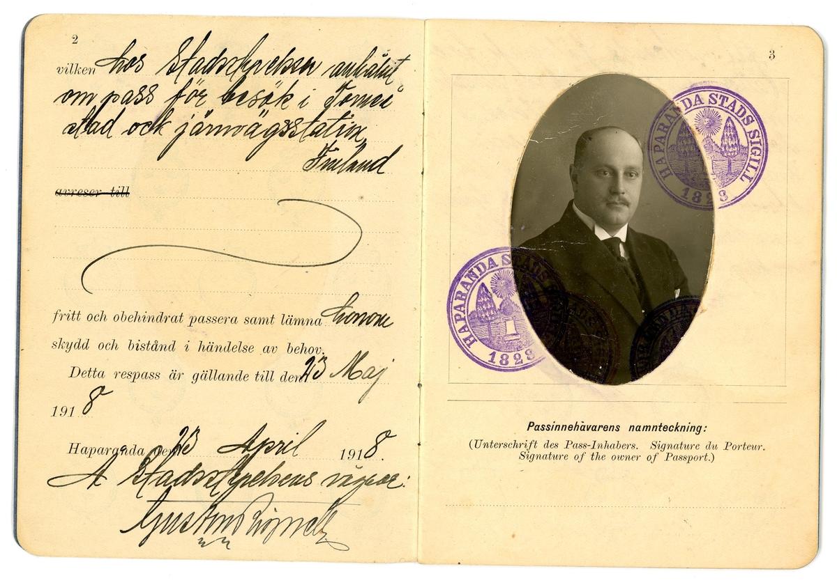 Svenskt pass till Konrad Nikanor Jonsson. Utfärdat av stadsstyrelsen i Haparanda den 23 april 1918, gällande till 23 maj 1918.   Passet är utfärdat för besök i Torneå stad och järnvägsstation, Finland. Passnummer 347. 24 sidor.