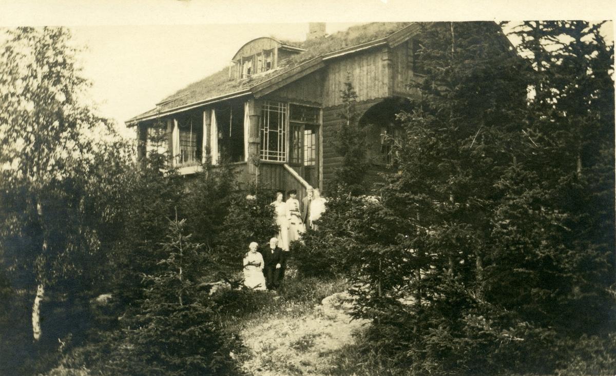 Prost Barth med familien på Trollknatten.