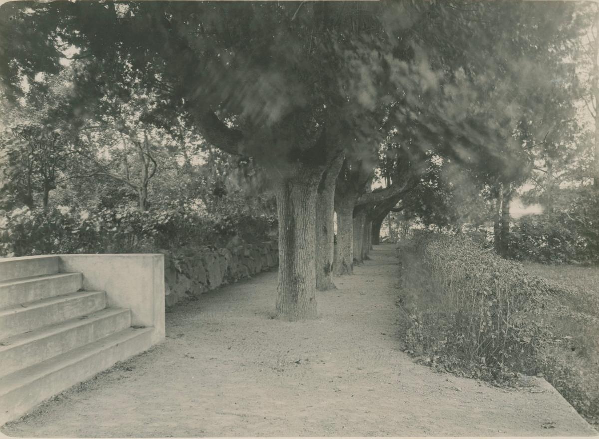 Godset bildades först vid slutet av 1700-talet, då en brukspratron Hultman sammanslog två bondhemman. Corps de logi, fasaden är av putsreveterat trä i två våningar.