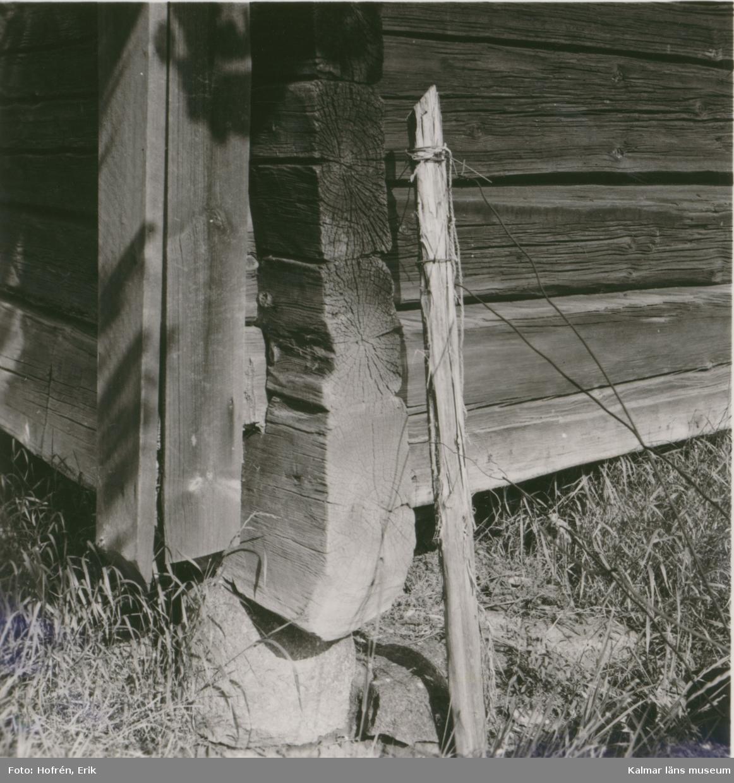 Bod med utskjutande loft, detalj av knuten.