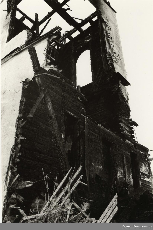 Hälleberga kyrka: Brandorsaken var ett elfel. Branden var 1976-10-18. Tornet under rivning.