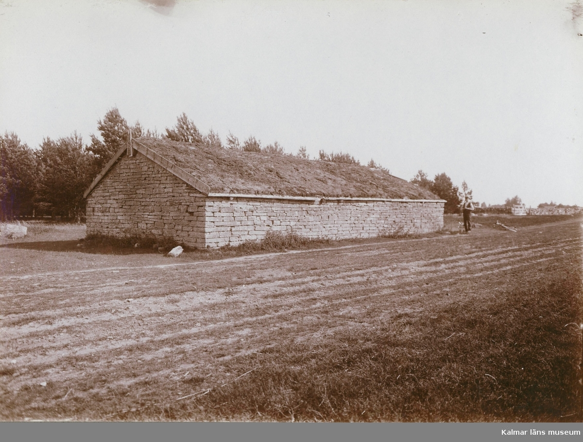 Ekonomibyggnad uppförd i sten och med stråtak, i Vickleby.