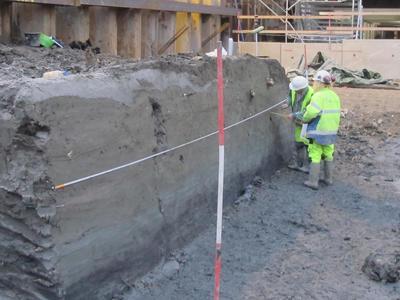 Arkeologer tegner jordprofil på feltet Barcode B13.