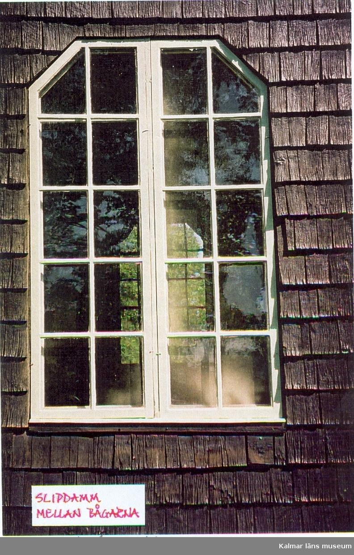 Foto som visar slipdamm mellan bågarna på ett fönster på Pelarne kyrka.