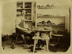 Gustav Johansson i sitt skomakeri. Född 9/11 1878. Hade tomt