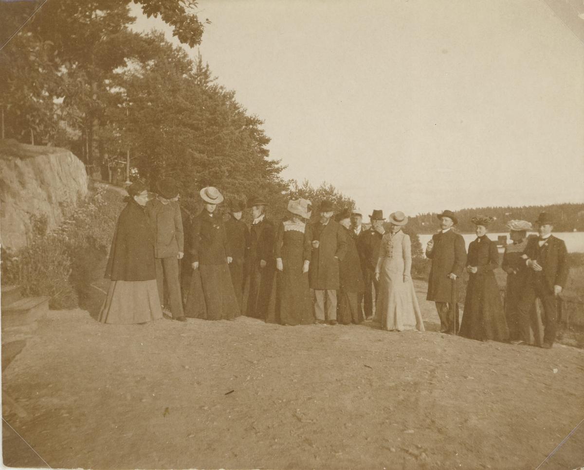 Släktmöte i trädgården sommaren 1902 hos Anna och Gustaf Ideström i Neglinge, Saltsjöbaden. Längst till vänster Anna och Gustaf Ideström.
