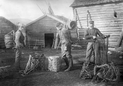Seming Sørjoten, sønnen og en gammel mann fra Engerdal har klargjort fiskeutstyret.