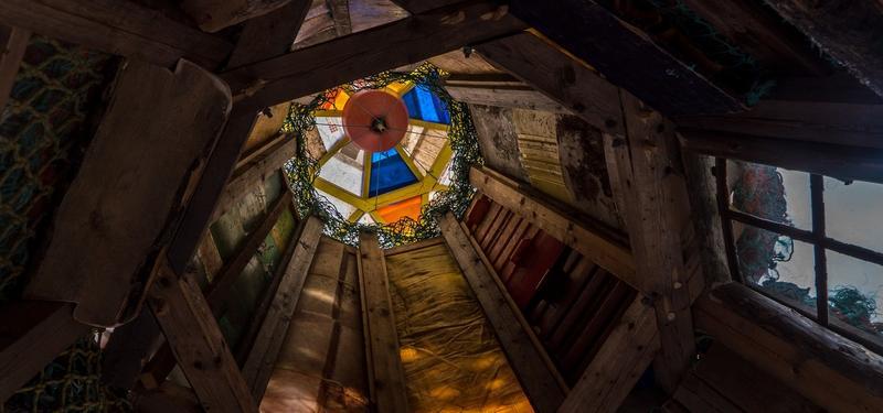 Innsida av Fyrtårnet ved Norsk Maritimt Museum, laget av søppel fra havet.