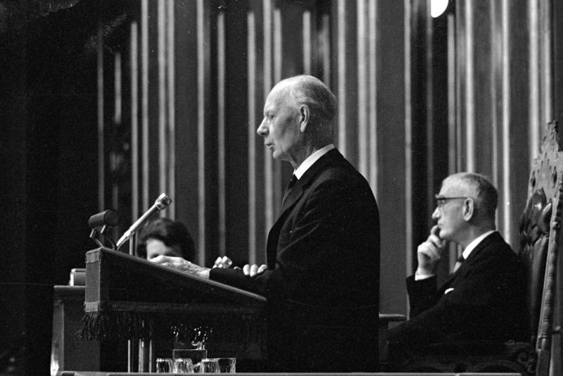 Einar Gerhardsen på talerstolen under trontaledebatten. Fotografert oktober 1965. (Foto/Photo)