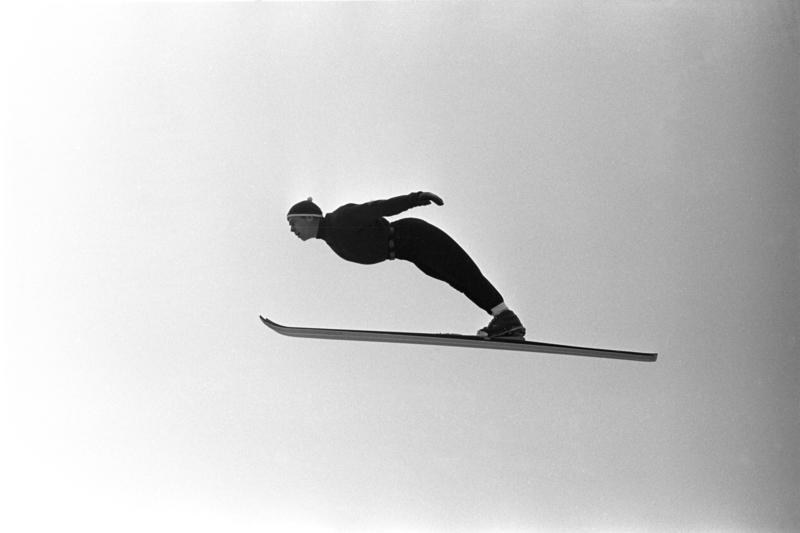 Hopper i svevet. Hopptrening i Midtstubakken i desember 1961.