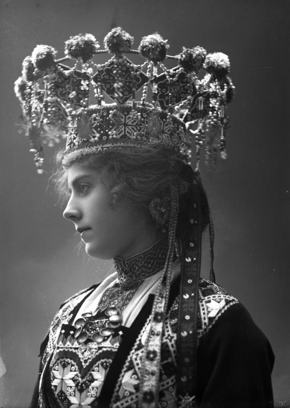Studiofotografi av kvinne kledd i brudedrakt og brudekrone fra Hordaland. 1899.
