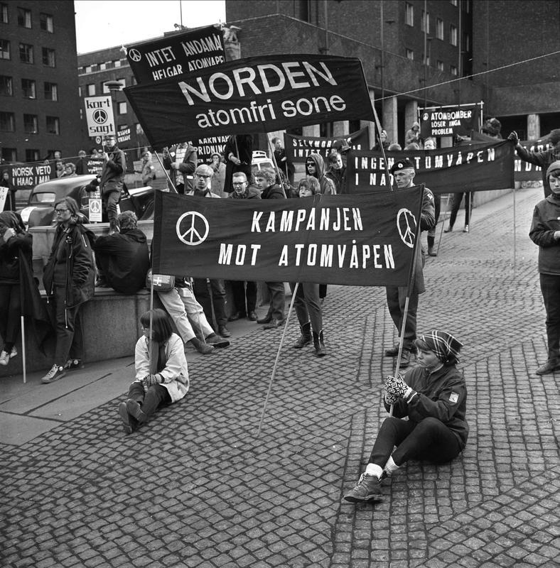 Demonstrasjonstog mot atomvåpen. Oslo, 27.03.1964