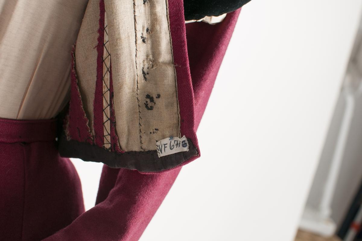 Kjoleliv og stakk (VFF 06718 og VFF 06718) i raudrosa kypert vove ulltøy. Figursydd liv med to snitt på kvar side av framstykket. Saum midt bak, svinga sidesaumar i ryggen og bakovertrekte skuldersaumar. Livet har  fire spilar innsydd i livet,  er nedsvinga midt bak og har to hekter til å feste stakken til livet. Opning framme med 11 knappehol, men ingen knappar. 12 hekter og hemper for å halda livet saman. Framme eit svart stykke fløyel, det same er på kragen og øverst på ermet.  Todelt erm med påsydde pynteband i svart fløyel framme på ermet, Livet er fòra med lerret. Stakken er satt saman av  6 høgder, tre bak som er rette og tre framme er skrådde. Rynka i livet midt bak (13 cm) og med seks  faldeblad på eine sida, sju på den andre. Midt framme eit glatt stykke på 8 cm. Opning i stakken i andre folda på venstre side, lukka med hekte og hempe. Vanleg opplegg, ingen skonering.  Liv og stakk er samansydde med ein smal tittekant. Belte i same tøyet, med svart fløyelsband, eit stor sløyfe midt bak, og ei lita midt framme som også er laga av same tøyet. Stikklomme på høgre side (andre foldebladet) i lerret. Maskinsydd for det meste, overkasting for hand.