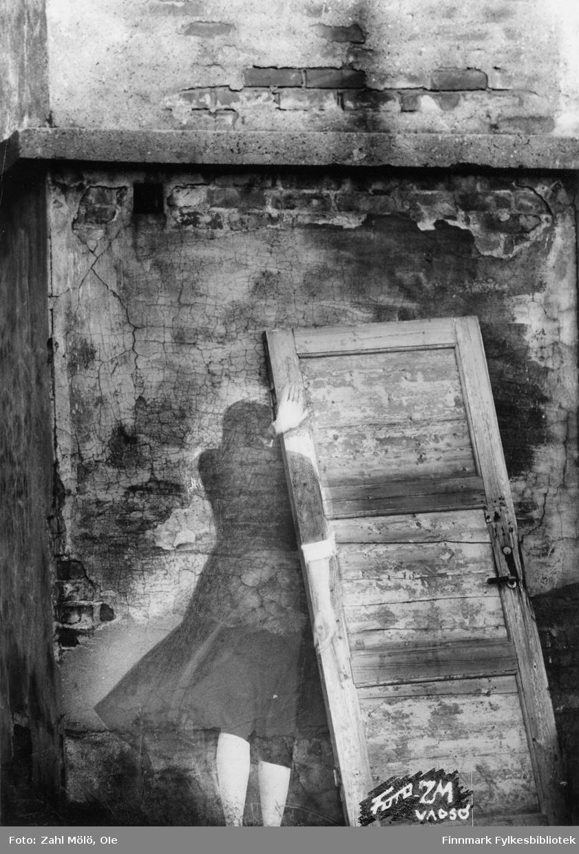 """Fotoserie av fotograf Ole Zahl Mölö.  """"Spøkelse i Vadsø"""". Ole Zahl Mölö, også kjent som Zahl Møller under hans tid i Vadsø – med kunstnernavnet OZAM – er født 8.juli i 1937, i Vadsø. Fotoarkivet har ca. 7500 negativer av Ole Zahl Mölös arbeider i sin samling. Bildematerialet inneholder motiv fra Vadsøs lokalmiljø og gjenspeiler hans hverdagsliv i byen og bymiljøet i vekst på 1960-70-tallet."""