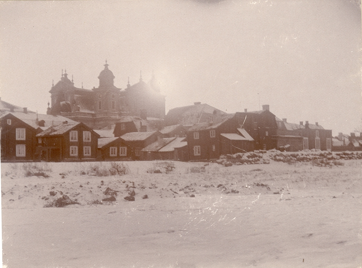 Bostadshus med domkyrkan i bakgrunden år 1896.