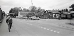 Vy med vägen och glasbruket till höger. Foto: den 28/9 1989