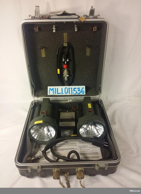 Handlampa för ammunitionsröjare, sats om två lampor med tillhörande väska.