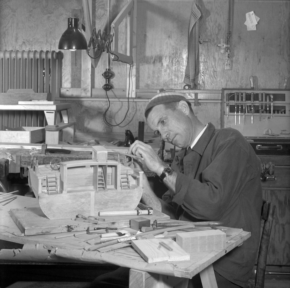 Voldemar Konga, modellbyggare på Sjöhistoriska museet, i arbete med en skeppsmodell