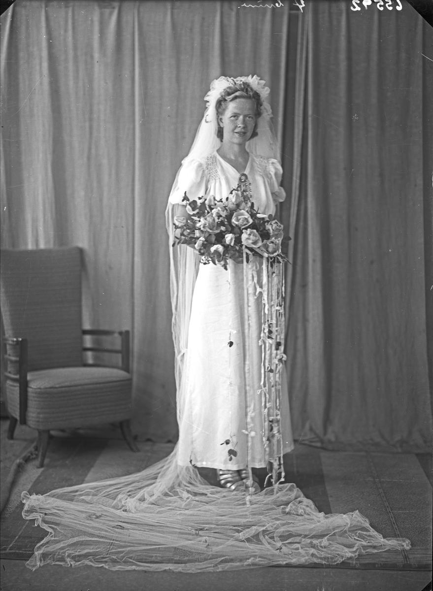 Portrett. Ung Kvinne. Brud. Bestilt av Arthur Elholm. Ølen.