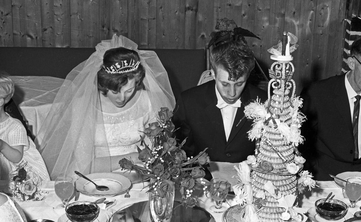 Bryllup. Brudeparet ved ankomst til kirke, under vielsen og ved festen etterpå - bestiller Steinar Salvesen