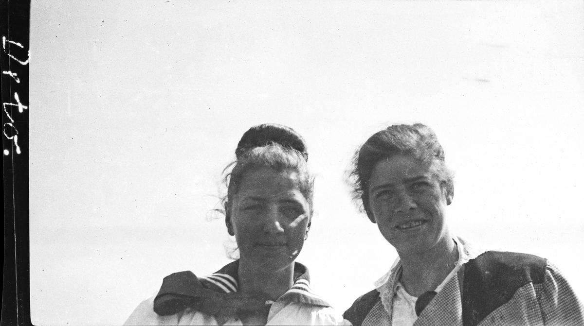 Sommer. Portrett av to kvinner. Hverdagsfoto.