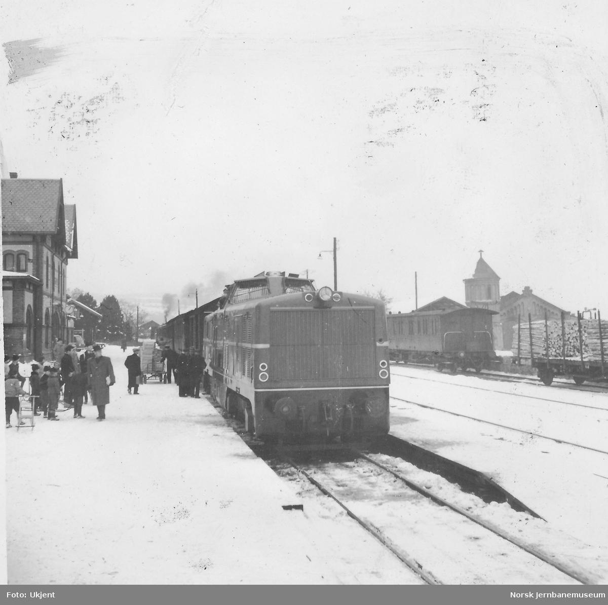 Diesellokomotiv MaK 40.01 - innleid lokomotiv for uttesting - i persontog på Gjøvik stasjon
