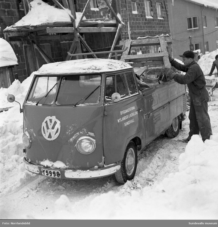 Byggnadsfirma Nylander & Berglund, Sundsvall. Firmans folkvagnsbuss vid ett bygge samt anställda/ägare (?).