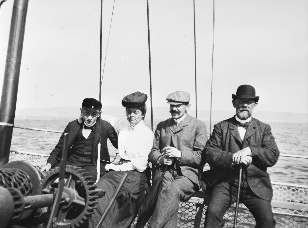 Ombord på en båt sitter fyra resenärer. Längst till höger Joseph Bauer och längst till vänster hans son Ernst.