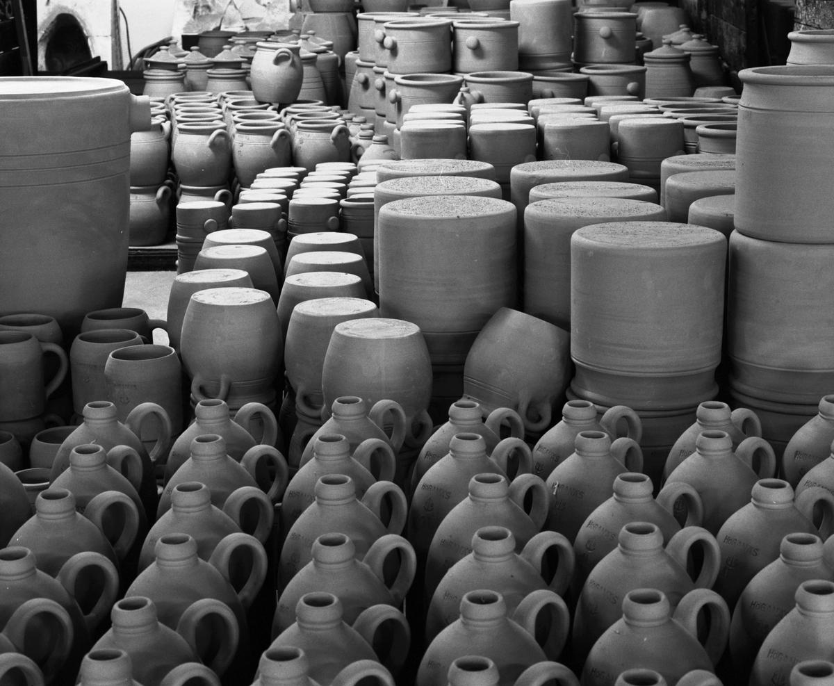 Dokumentation från Höganäs Saltglaserat. Lagar av halvfabrikat. Det går in närmare 4000 produkter varje bränning.